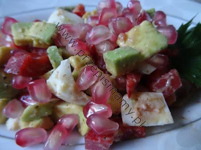 Sałatka z awokado z owocem granatu