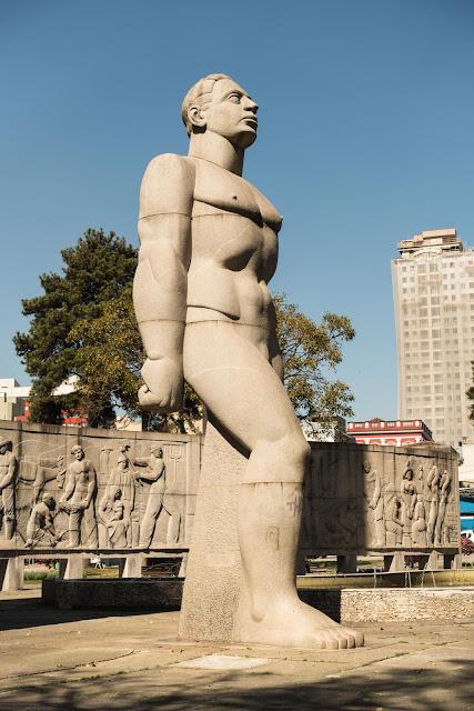 Estátua do Homem Nu na Praça 19 de Dezembro em Curitiba