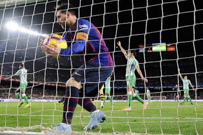 Messi faz dois no retorno, mas Barça perde em casa para Betis
