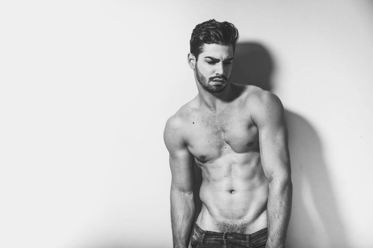 Jonatas Mozer, Mister Brasil Simpatia, mostra corpo sarado em ensaio. Foto: Higor Blanco