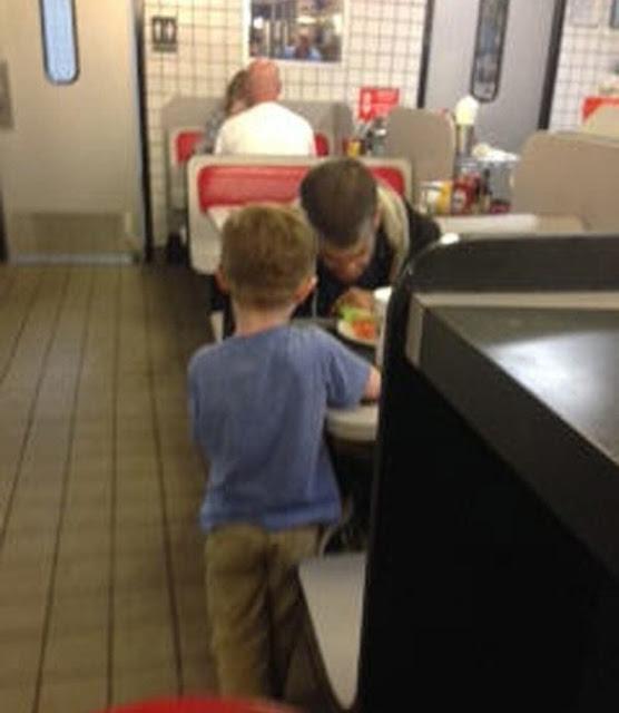 Niño le ruega a su mamá para comprarle comida a un indigente