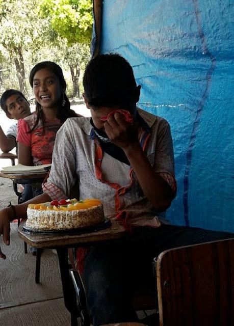 Este niño lloró al recibir su primer pastel de cumpleaños
