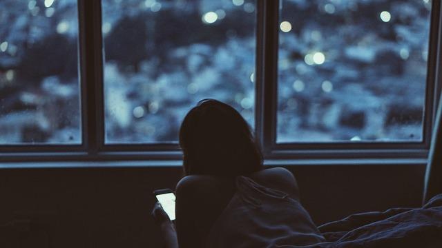susah tidur karena bermain gadget