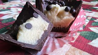 Шоколадови кошнички-пралини с бадемова паста