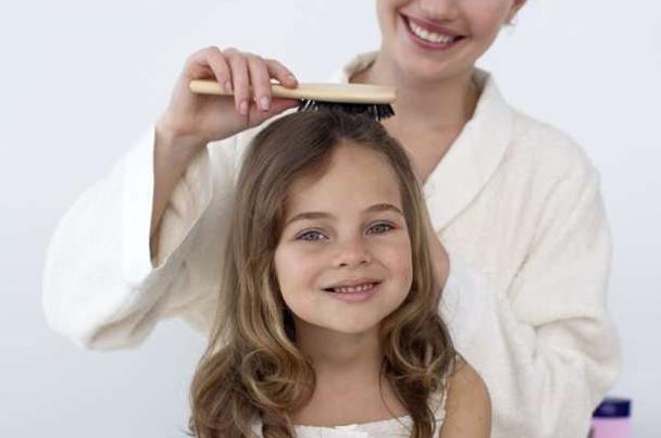 هذا هو علاج شعر ابنتك الخفيف