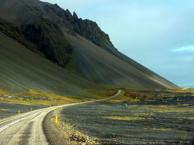 montañas y carreteras en Islandia
