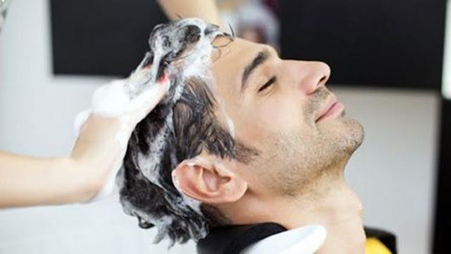Esta es la razón por la que los expertos recomiendan que te des 2 shampoos