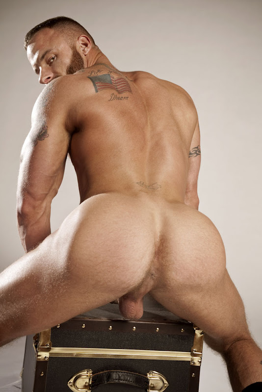 Derek Parker shows his hot ass