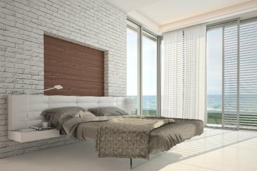 Gạch lát sàn có hoa văn đơn giản, tạo cảm giác rộng rãi cho phòng ngủ.