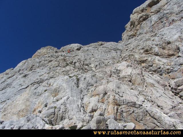 Ruta Cabrones, Torrecerredo, Dobresengos, Caín: Montañeros bajando la torre del Torrecerredo
