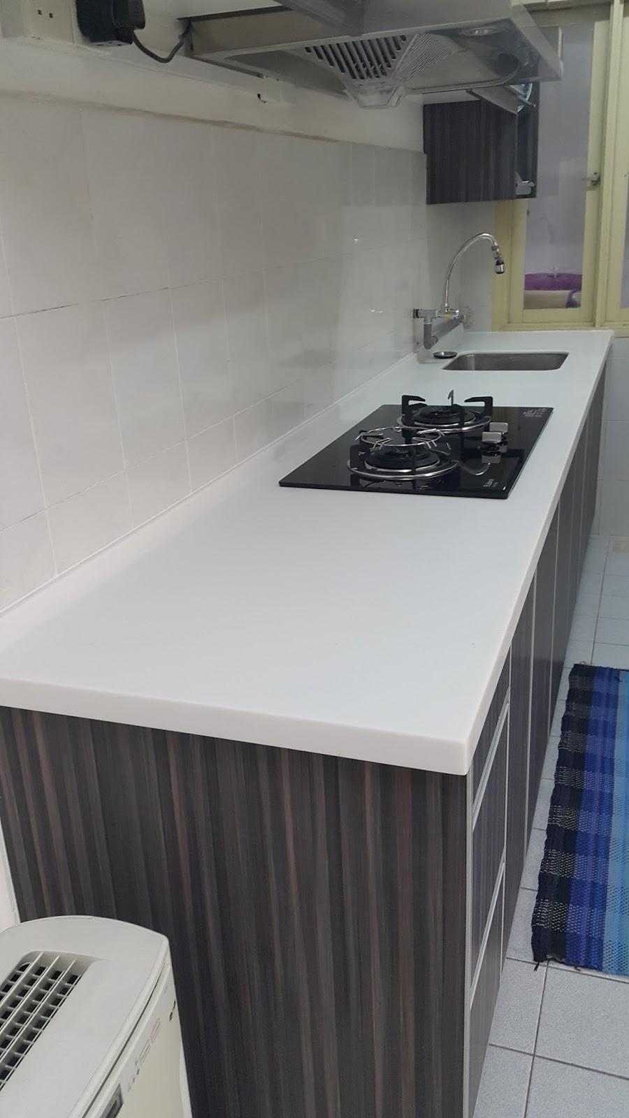 Kabinet Dapur Menggunakan Material Melamin Solid Surface Top