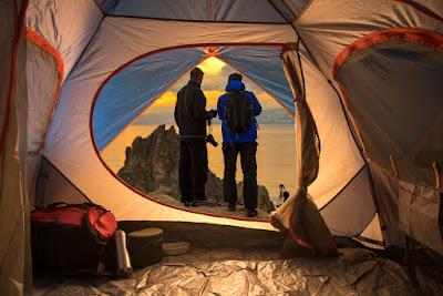 Pareja acampando en Islandia en tienda de campaña