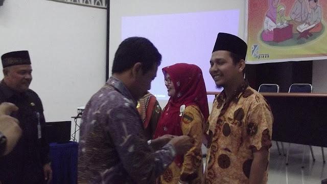 Penyematan Pin gerakan literasi PAI kepada perwakilan guru Agama Islam Se kota Pekanbaru