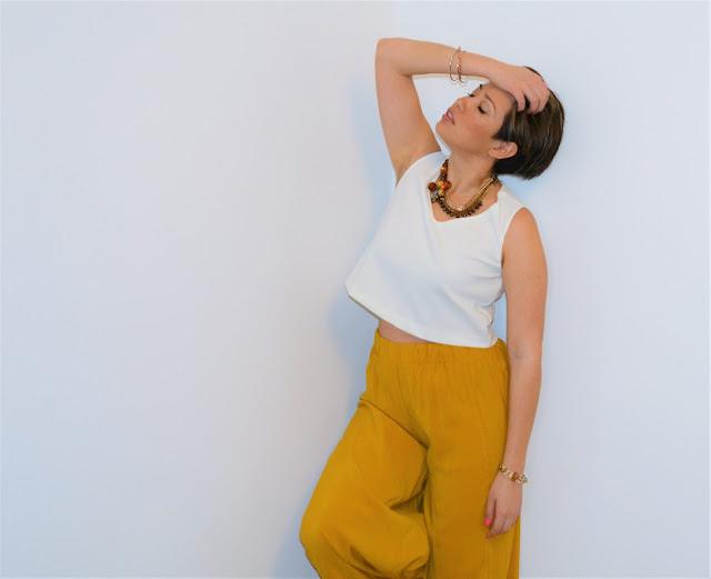 top blanco y pantalon amarillo