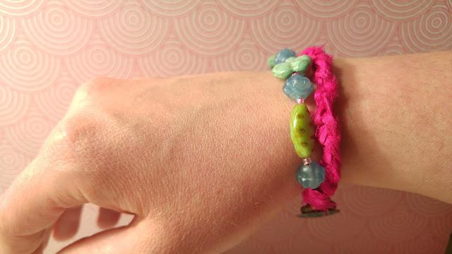 http://birdieaccessoires.nl/product/ibiza-boho-organic-vrolijke-armband-tsjechische-glaskralen-antieke-patina-knoop-sluiting-sari-silk