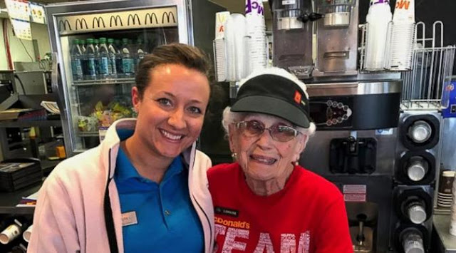 Nenek 94 Tahun Masih Kerja Jadi Pelayan