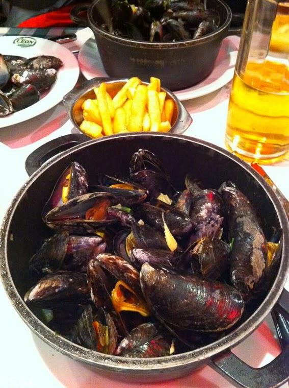 Plato tipico de Mejillones con patatas fritas en Bruselas