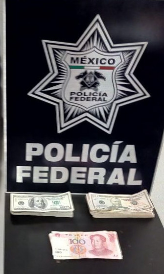 EN EL AICM  POLICÍA FEDERAL DETIENE A PASAJEROS PERUANOS CON DIVISAS AMERICANAS SIN DECLARAR