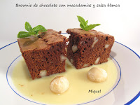 Brownie de chocolate con macadamias y salsa blanca