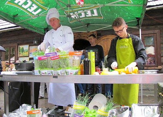 Remigiusz Rączka wraz z pomocnikiem Kamilem Widenką gotowali potrawy z jagnięciny.