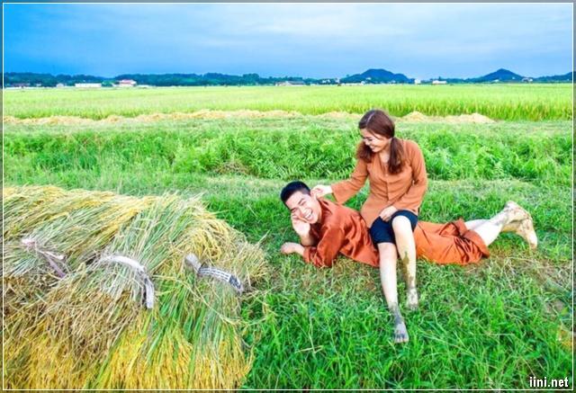 Đôi trai gái hạnh phúc trên cánh đồng lúa