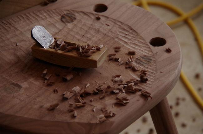座面を彫る