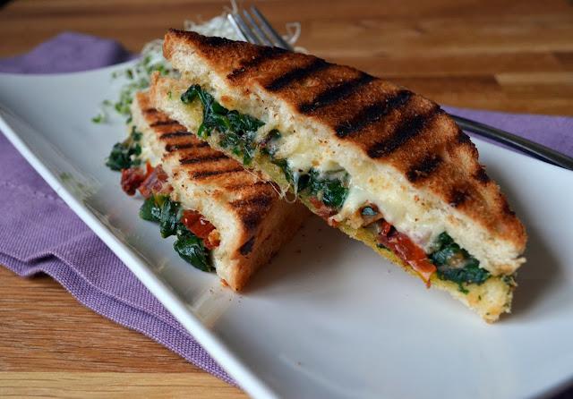 tosty-ze-szpinakiem Tosty ze szpinakiem i suszonymi pomidorami