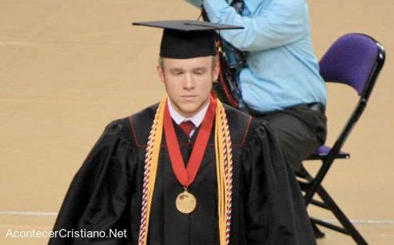 Estudiante graduándose en escuela