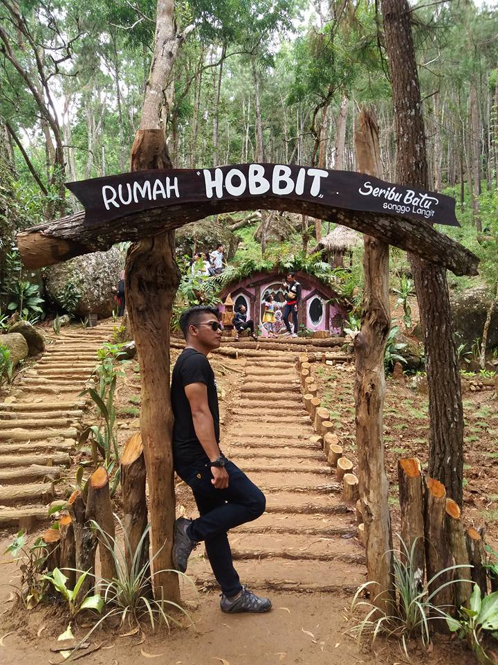 nama wisata baru ini adalah rumah hobbit yang masih satu kawasan dengan seribu batu songgo langit