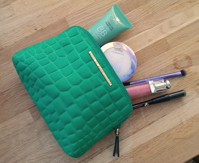 What's in my marc jacobs makeup bag