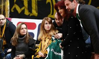 Ο Παναθηναϊκός έκανε δώρο στην Μυρτώ της ΑΕΚ μια φανέλα με υπογραφές παικτών