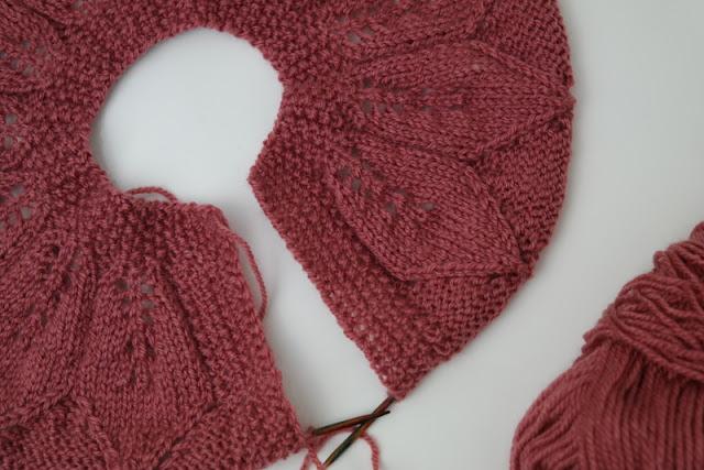 Sweterek z motywem liści