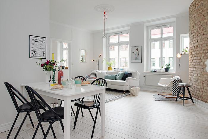salon con pared de ladrillo visto y decoración nórdica