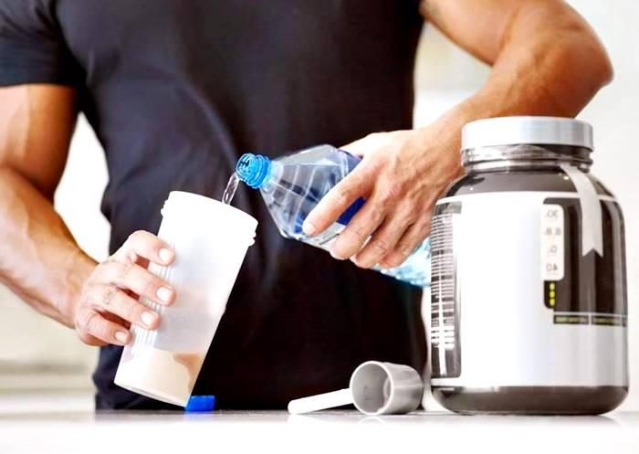 Toma tu whey protein siempre en agua