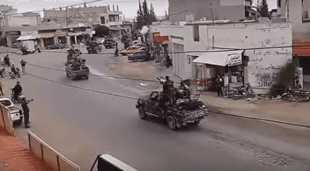 بالفيديو. حشود وآليات عسكرية تتجه إلى الجنوب مع قوات الاقتحام.