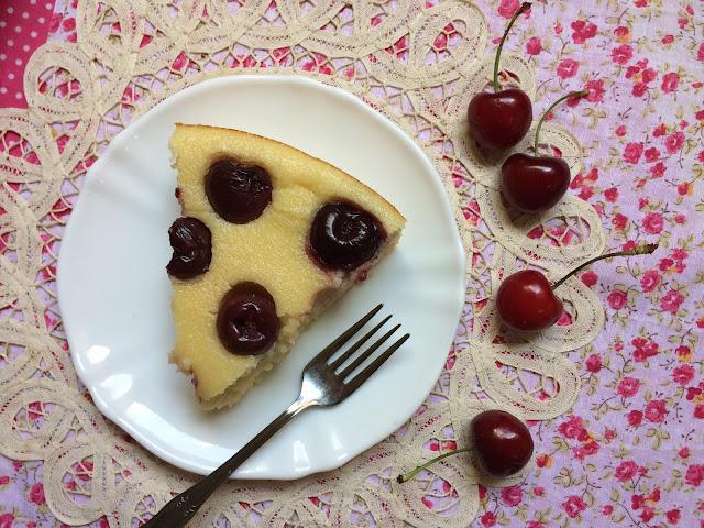 pastel de sémola y cerezas