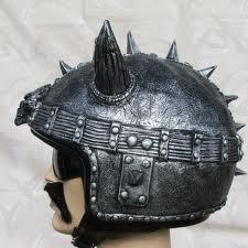 Diseño de casco con picos estilo punk