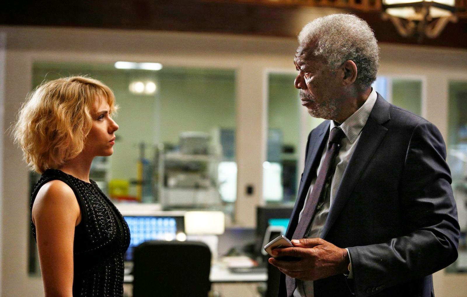 Lucy y Samuel (Johansson y Freeman)