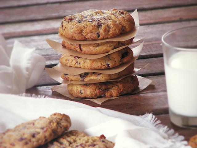 Biscuits aux dattes, abricots secs et cerises griottes confites