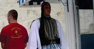 Σκοπιανός ποζάρει πίσω από εύζωνα φορώντας τη μπλούζα της «Μεγάλης Μακεδονίας»