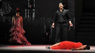 don José disperato, con ai piedi Carmen uccisa e a fianco una donna allibita dalla scena
