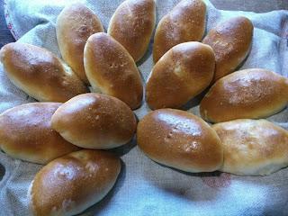 Пирожки с начинкой из риса, яйца и лука
