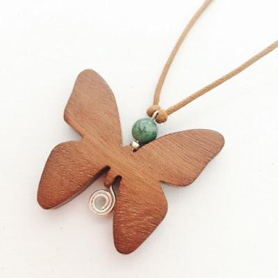 collar madera de cedro mariposa aclamader