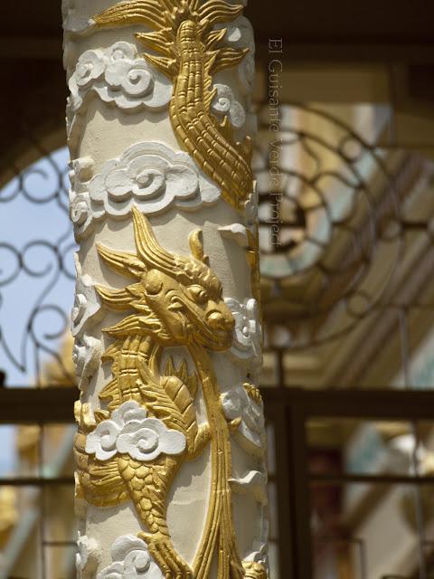 Detalle decoración interior en  Vinh Trang Pagoda por El Guisante Verde Project
