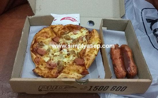MEAL BOX : Saya pesan 1 paket beef pizza, dengan 2 sosis dan 1 botol kecil Capuccino Jelly.  Harga kalau tidak salah sekitar 50 diantar pake GoFood.  Foto Asep Haryono