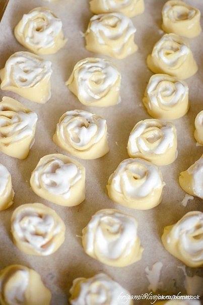 """Печенье """"Розочки"""" с прослойкой из безе безе, быстрое печенье, печенье, печенье """"Розочки"""", печенье с начинкой, простое печенье, розочки, печенье с безе, розочки из теста, печенье на 8 марта, выпечка на 8 марта, выпечка праздничная, оформление печентя, тесто, тесто на сметане,"""