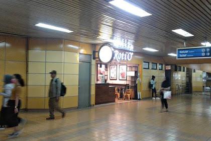 Ada Roti-O di Stasiun Gondagdia, Senangnya....