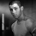 "Nick Jonas tá pronto para as pistas com a deliciosa ""Champagne Problems"""