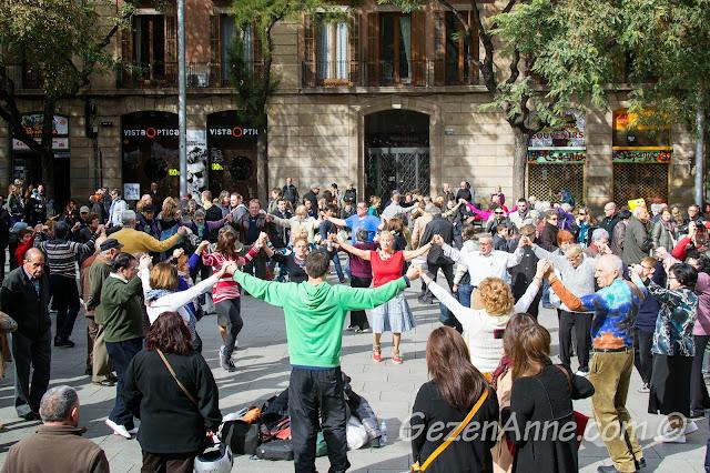 Barselona'da festivalde sardanas dansı