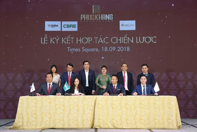 Phuc Khang Corporation và DKRA Vietnam cùng các đối tác thực hiện nghi thức ký kết hợp tác chiến lược.